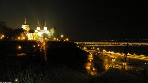 Panorama z punktu widokowego na skarpie nocą